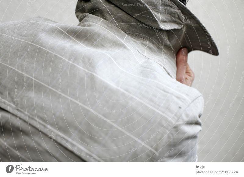 undercover Detektiv Spitzel Erwachsene Leben Rücken Finger 1 Mensch Mantel Gefühle Neugier Hemmung Misstrauen geheimnisvoll Identität Überwachung verstecken