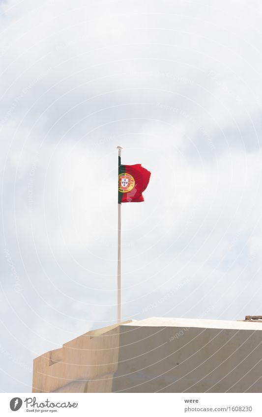 Flagge zeigen Ferien & Urlaub & Reisen Tourismus Meer Wellen Haus Wasser Küste Teich See Gebäude Architektur Fröhlichkeit rebellisch Algarve Ausblick Felsküste
