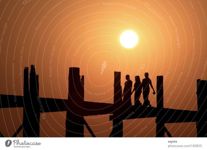 freundinnen Farbfoto Gedeckte Farben Außenaufnahme Abend Dämmerung Silhouette Sonnenlicht Sonnenaufgang Sonnenuntergang Gegenlicht Ganzkörperaufnahme