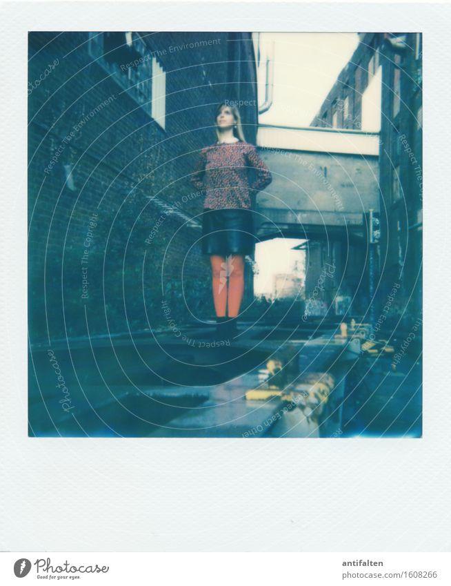 Supertina Mensch Frau rot dunkel Erwachsene Wand Leben feminin Gebäude Mauer Beine Freundschaft dreckig Körper Kraft trist