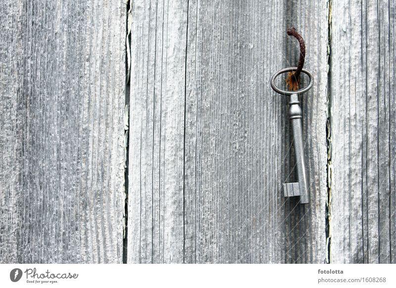 Schlüsselbrett Holz Metall Rost Holzwand Nagel alt braun grau silber weiß rostig verbogen Farbfoto Gedeckte Farben Außenaufnahme Menschenleer