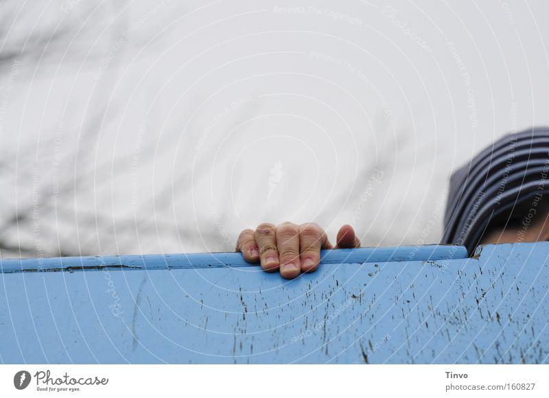 Steppke Kind blau Freude Junge Spielen Klettern beobachten Neugier Kindheit festhalten entdecken verstecken Sport Spielplatz Kinderhand