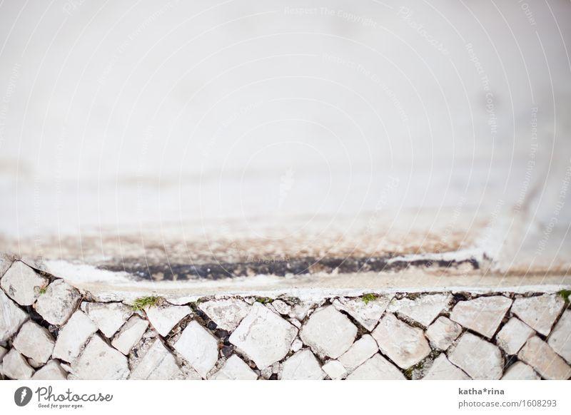 Wild gepflastert . Lissabon Mauer Wand Stein eckig Stadt wild grau weiß Perspektive Qualität Symmetrie Wege & Pfade ungenau Genauigkeit Pflastersteine Farbfoto