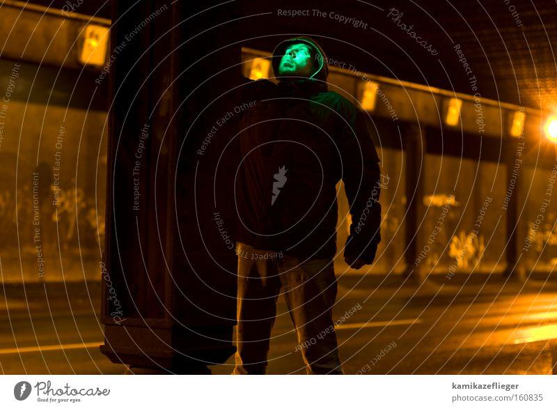 wie grün ist das denn....... Mann Gesicht Straße dunkel Berlin Brücke stehen Nacht Konzentration verfallen Tunnel staunen Besucher außerirdisch Mars