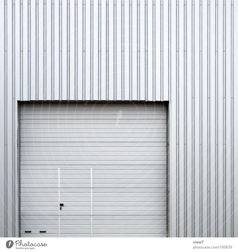 Tür im Tor Eingang Zugang Lagerhalle Halle Industriefotografie Wellblech Fassade Hintergrundbild silber verzahnt Blech Griff rein Detailaufnahme Maske Rolltor