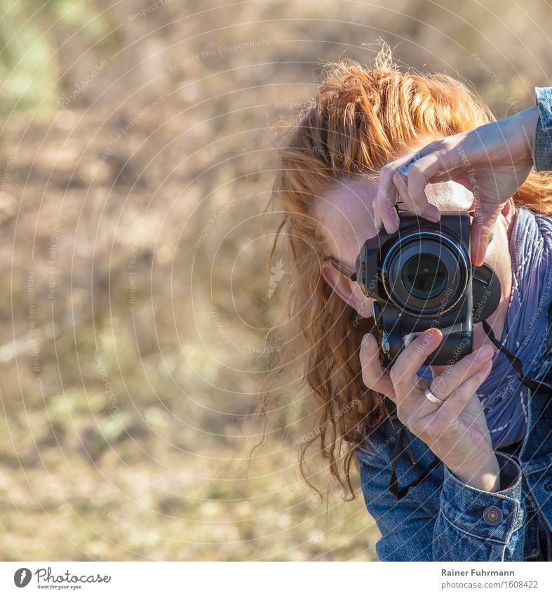 eine Frau fotografiert mit einer Digitalkamera Fotografieren Beruf Werbebranche feminin Erwachsene 1 Mensch Jagd Kultur Kunst Ferien & Urlaub & Reisen Paparazzi