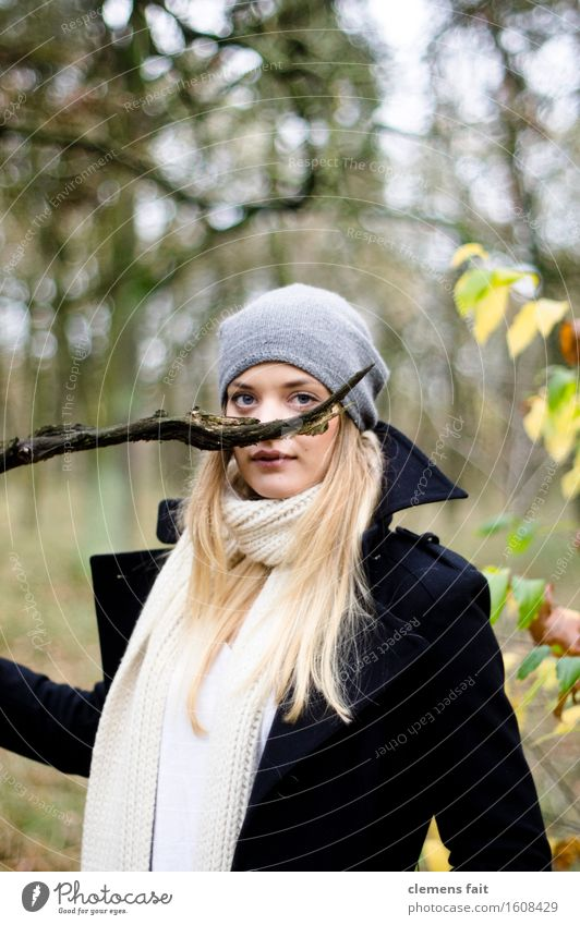 da schnurrt der ast Frau weiß Wald schwarz grau Ast Maske Bart Karneval Model bedeckt Oberlippenbart