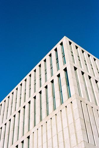 minimalismus Himmel Stadt blau weiß Haus Fenster kalt Architektur Berlin grau Stein Fassade Arbeit & Erwerbstätigkeit Häusliches Leben modern Glas