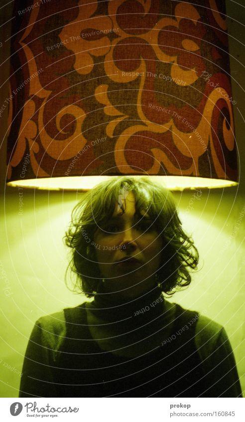 Menschenmögliches Frau schön Porträt erleuchten Erkenntnis heilig retro Licht Lampe stark vertikal selbstbewußt Kopf Macht Kraft Jugendliche