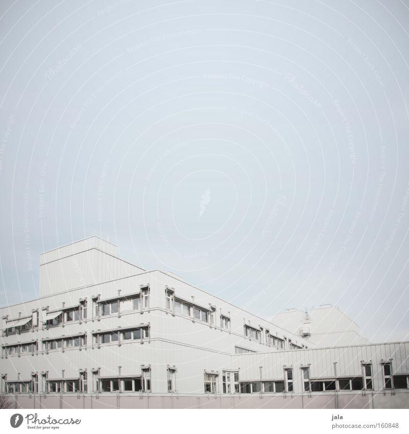 trostlos Haus Unternehmen Firmengebäude Gebäude hell Nebel Fassade weiß grau Trauer unheimlich trist Einsamkeit Industrie Architektur Traurigkeit