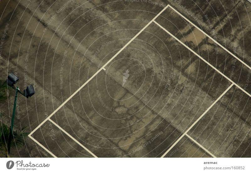 Harte Bedingungen Sport Spielen grau Linie Beton Asphalt verfallen Tennis Luftaufnahme Tennisplatz Hartplatz