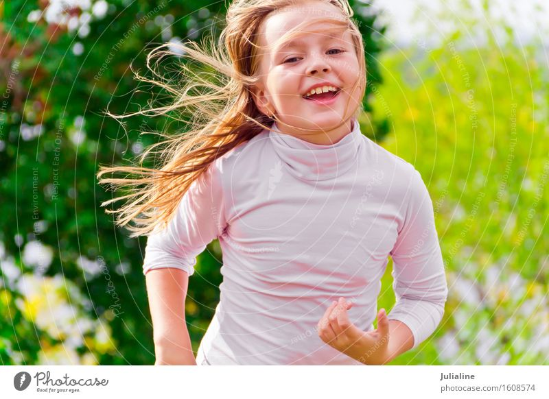 Foto des netten laufenden Mädchens Lifestyle Erholung Freizeit & Hobby Spielen Sommer Tanzen Sport Kind Schulkind Frau Erwachsene Kindheit 1 Mensch 3-8 Jahre