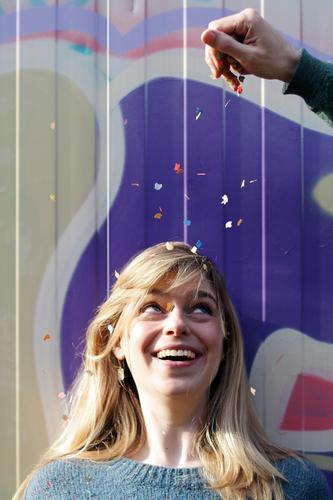 Konfettiwerfer: CL. Mensch Frau Hand Freude Gesicht Erwachsene Auge Leben Graffiti Bewegung natürlich feminin Glück Feste & Feiern Haare & Frisuren Kopf