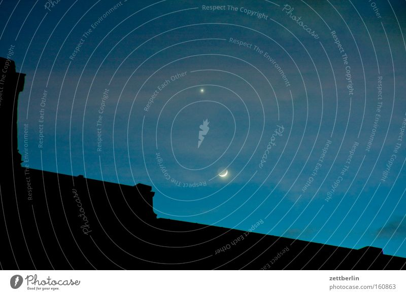 Mond und Venus Abend Planet Stern Astronomie Astrologie Haus Dach Nacht Dämmerung Licht Wolken Halbmond Sichelmond Jahreszeiten Himmel Himmelskörper & Weltall