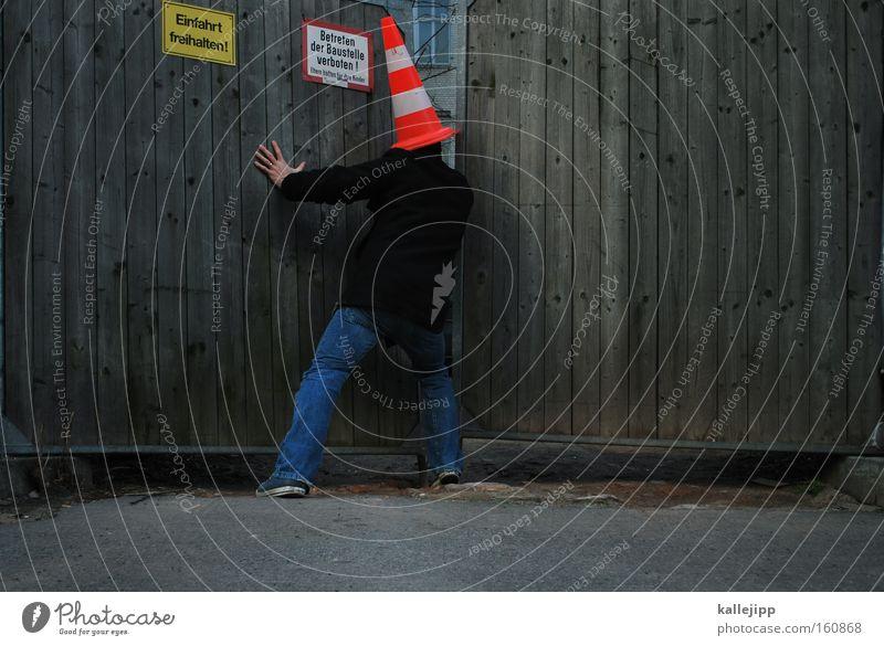 verbotene liebe Mensch Spielen Erde Tür gefährlich bedrohlich Baustelle geheimnisvoll Neugier Tor Hut Zaun Holzbrett Interesse Spalte aufmachen