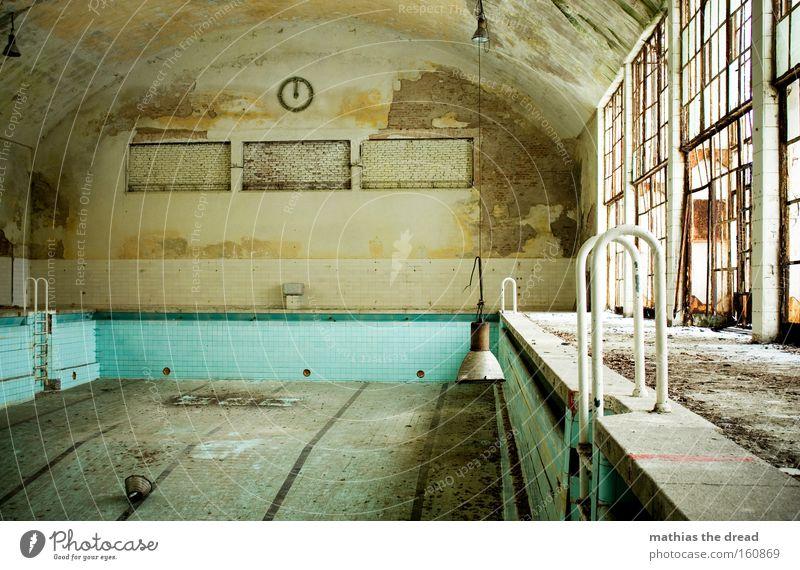 SCHWIMMHALLE Schwimmhalle Schwimmbad leer trist dreckig Blatt Halle Uhr Lampe Fensterfront verfallen Wassersport Trauer Verzweiflung nichtschwimmer Einsamkeit