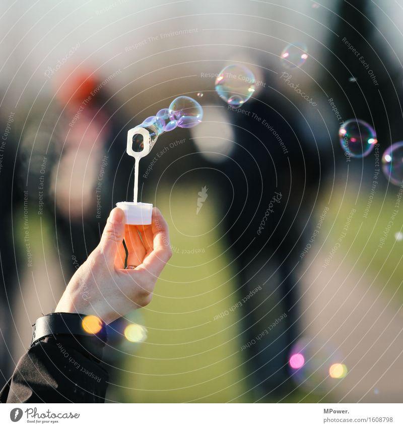 seifenblasen Mensch Hand Menschengruppe Kitsch klein Seifenblase mehrfarbig fliegen träumen Wind Spielen Luftblase Farbfoto Gedeckte Farben Außenaufnahme