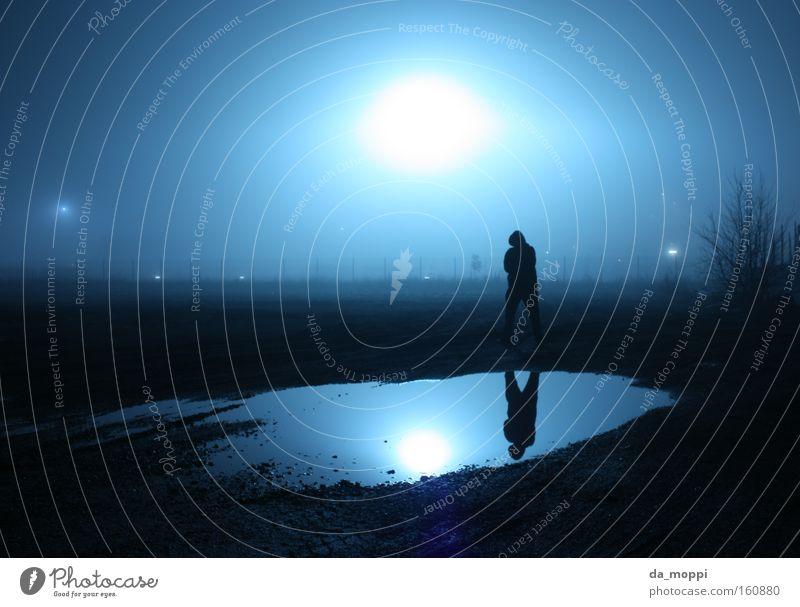 im Rampenlicht Wasser blau schwarz Einsamkeit dunkel Nebel Spiegel gruselig Pfütze Scheinwerfer trüb