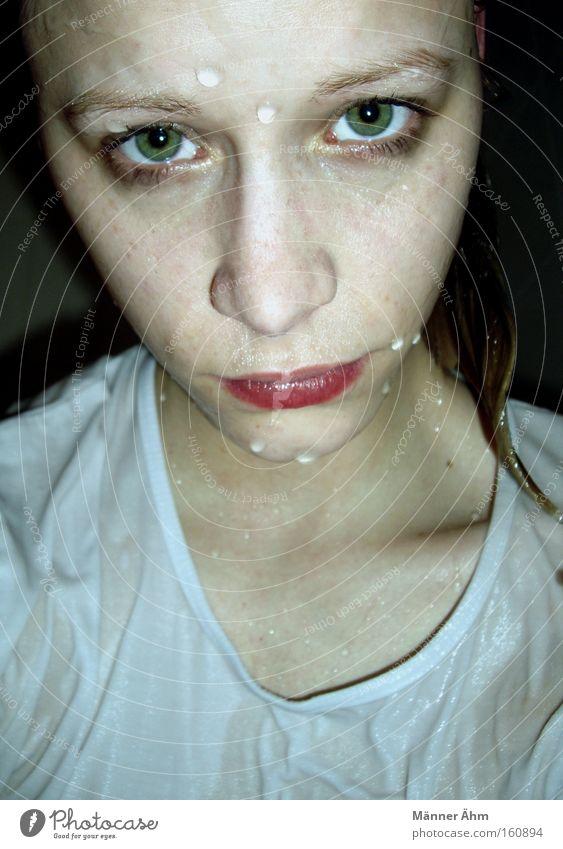 Vom Regen in die Traufe Frau Wasser schön Gesicht Auge Haare & Frisuren Mund Regen Nase Wassertropfen nass Bekleidung T-Shirt feucht