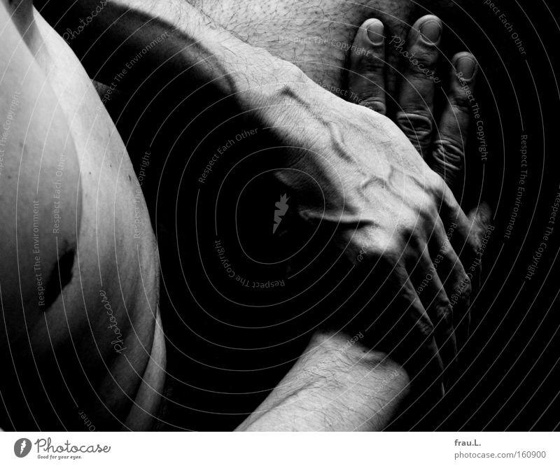Schoß Schwarzweißfoto Innenaufnahme Nahaufnahme Akt Tag Kontrast Starke Tiefenschärfe Oberkörper Mensch maskulin Mann Erwachsene Körper Haut Brust Hand Bauch