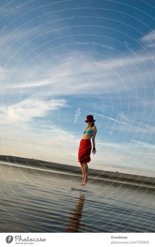 schwebezustand Strand Schweben Sand Sommer See Wasser Himmel rot Frau Landschaft Idylle ruhig harmonisch springen Spiegel Freude
