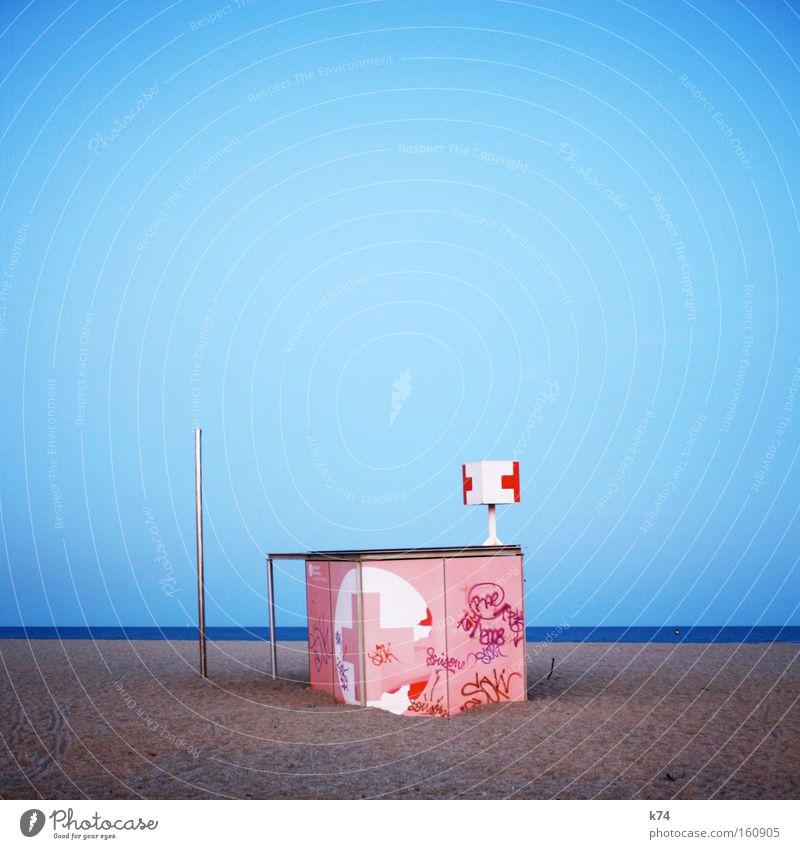 Rosa Kreuz Erste Hilfe Strand Meer untergehen Tsunami rosa Sand Rettung Hilfsbereitschaft Arzt Barcelona Küste Treibsand
