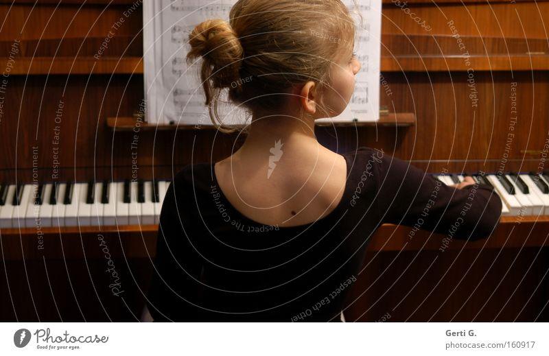 first love Jugendliche Mädchen Kind Musik Schule Bildung musizieren Klaviatur Klavier Musiknoten Musikinstrument Schulunterricht Leberfleck Schreibwaren Dutt Seitenblick