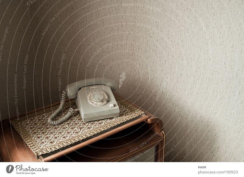 Klingelts? alt Wand Wohnung Häusliches Leben Tisch Telefon Telekommunikation retro Kontakt Vergangenheit Tapete DDR Decke kultig Telefonhörer Zimmerecke