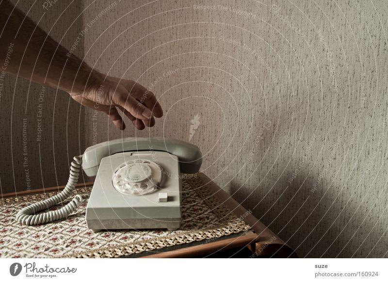 Ich geh schon ... Mensch alt Hand Wohnung Arme Häusliches Leben Finger Telefon Kommunizieren Telekommunikation retro Kontakt Vergangenheit Tapete DDR Decke