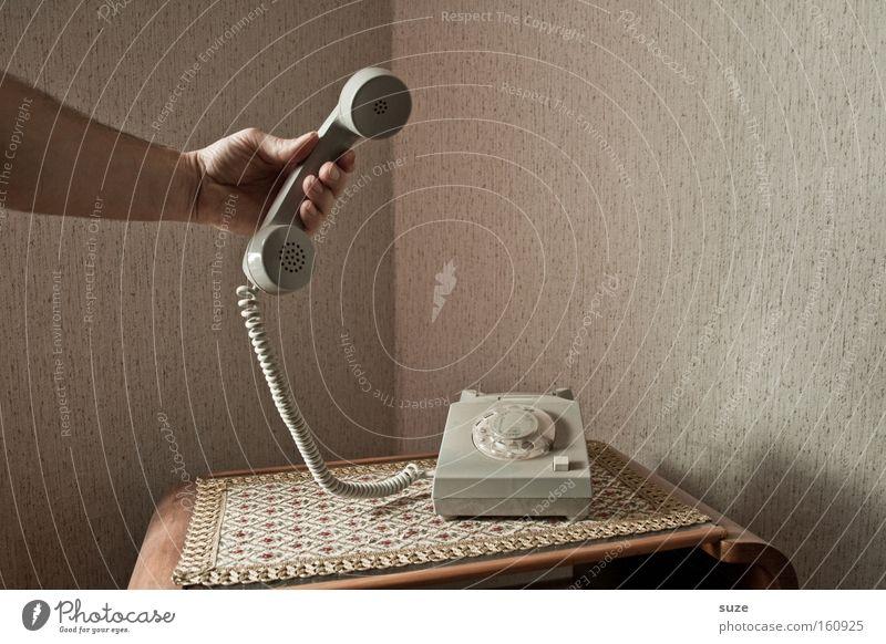 Es ist für dich! Häusliches Leben Wohnung Telekommunikation sprechen Telefon Arme Hand festhalten Kommunizieren Telefongespräch retro Kontakt Vergangenheit DDR