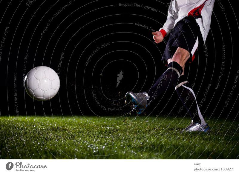 Ballspiel Ballsport Fussball Sport Anstoss Gras rasen nachts dunkel rennen Bewegung abstoss Beine Sein feld