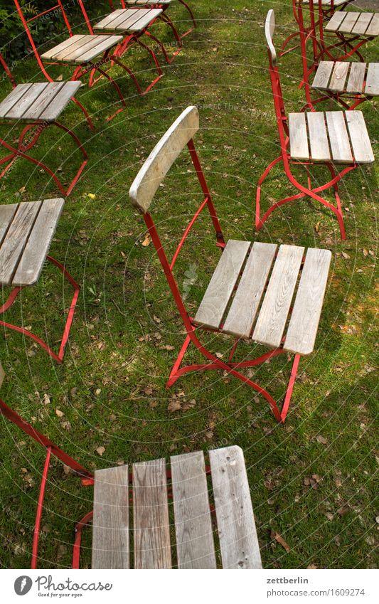 Klappstühle Stuhl Campingstuhl Klappstuhl Gartenstuhl Reihe Sitzreihe Sitzgelegenheit sitzen frei Menschenleer Publikum Möbel Gartenmöbel stehen Park Wiese Gras