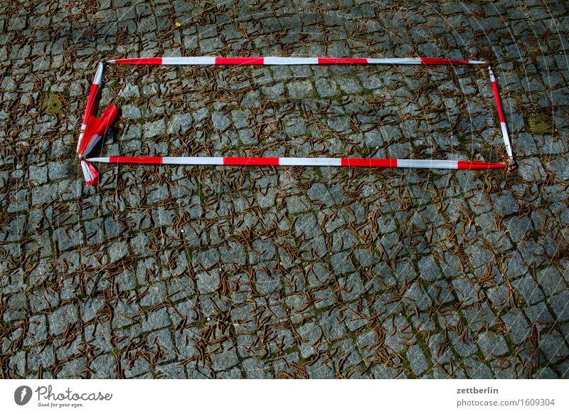 Ungefähr zwei Quadratmeter Barriere Schnur geschlossen Rotlichtviertel Pflastersteine Kopfsteinpflaster Bürgersteig Platz pflastern rot-weiß Mitteilung