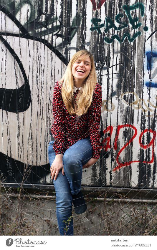Schenkelklopfer ;-) feminin Frau Erwachsene Freundschaft Leben Körper Gesicht Mund Zähne Arme Hand Beine 1 Mensch 30-45 Jahre Graffiti Mauer Wand Jeanshose