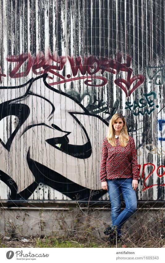 Lässig Mensch Frau rot schwarz Erwachsene Wand Leben Graffiti natürlich feminin Beine Mauer Fassade Freundschaft Körper Kraft