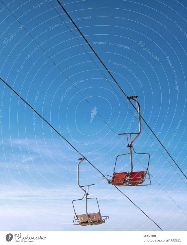 Folge der Finanzkrise? Farbfoto Außenaufnahme Menschenleer Tag Licht Kontrast Zentralperspektive Freizeit & Hobby Berge u. Gebirge Sessel Wintersport Skier