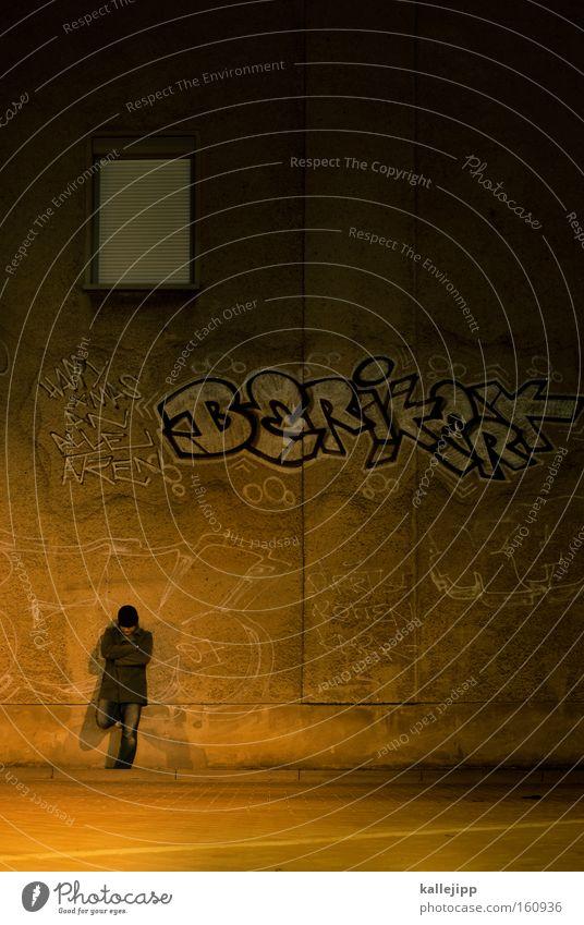 arbeitsloser minnesänger Mann Mensch Nacht Straße Graffiti stehen warten Jacke Fenster Einsamkeit fremd aussperren ausstoßen ausgeschlossen Architektur