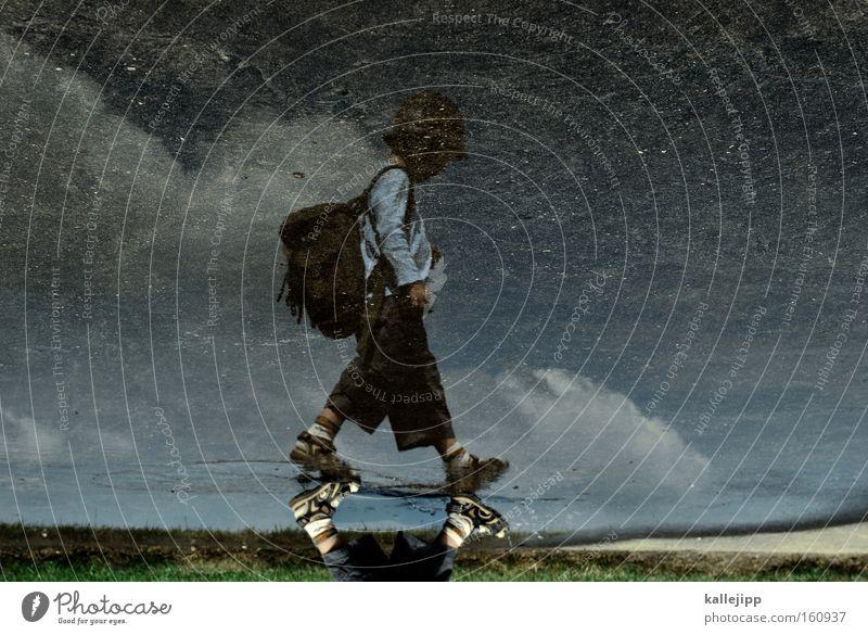 wanderschaft Kind Wasser Wolken Junge Spielen Regen Schuhe gehen Wetter laufen Kindheit Pfütze Erinnerung Sandale Mensch