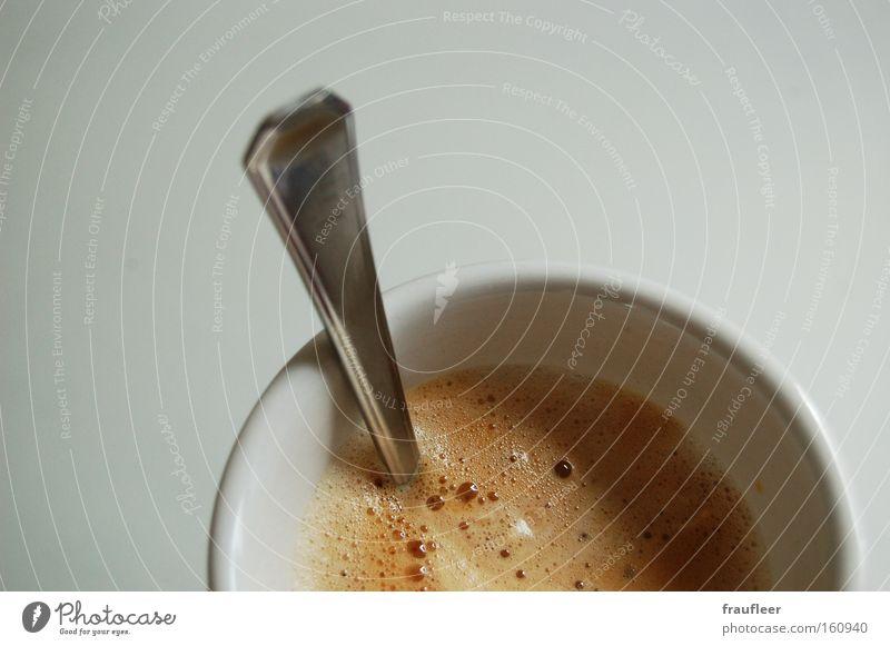 Caffè Crème Kaffee Koffein Schaum Becher Tasse weiß heiß Löffel Manuelles Küchengerät Tisch Theke Gastronomie Makroaufnahme Nahaufnahme silber Tina Küchentisch