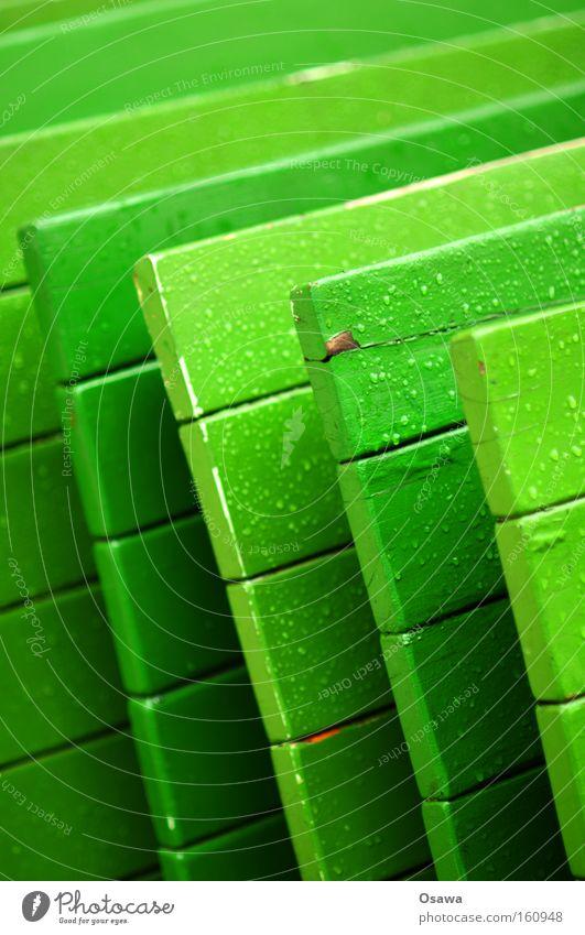 <<< grün Tisch Klapptisch Möbel Holz Regen nass Wassertropfen Tropfen vertikal diagonal Ecke Café Straßencafé Winter Gastronomie Farbe Tischkante Tischplatte