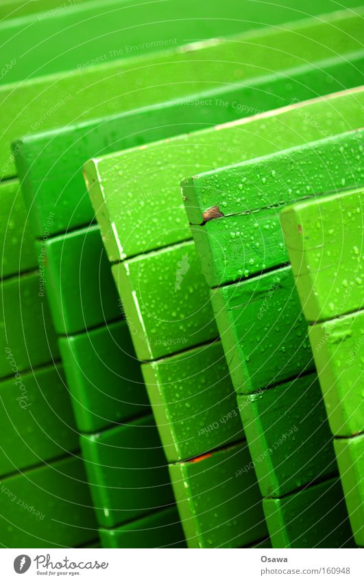 <<< grün Winter Farbe Holz Regen Wassertropfen nass Tisch Ecke Tropfen Gastronomie Café Möbel diagonal vertikal Straßencafé