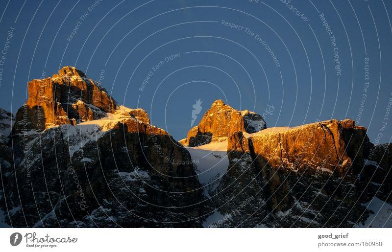 sonnenaufgang in den dolomiten Sonnenaufgang Sonnenuntergang Abenddämmerung Berge u. Gebirge Gipfel Winter Himmel blau Alpen Schnee Schönes Wetter