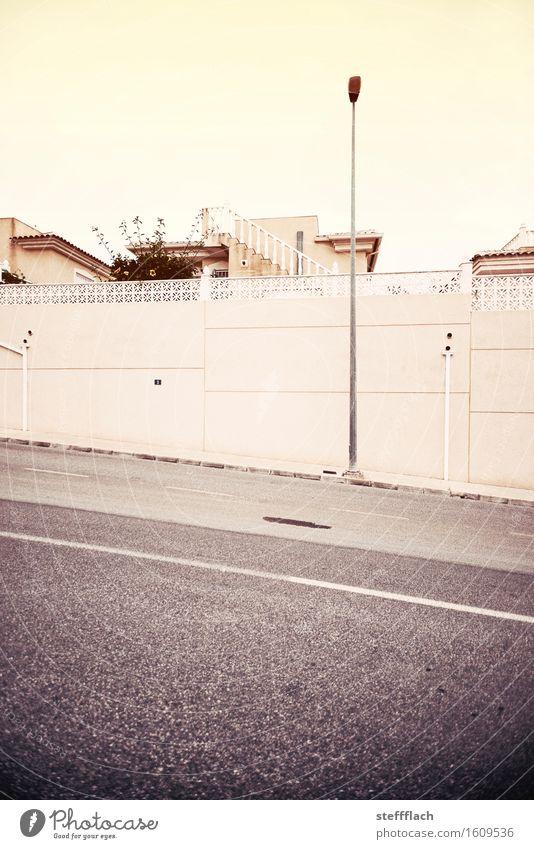 Von nun an ging's bergab Architektur Mauer Wand Treppe Dach Straße Laternenpfahl Straßenbeleuchtung eckig trist Stadt Fernweh ästhetisch Endzeitstimmung