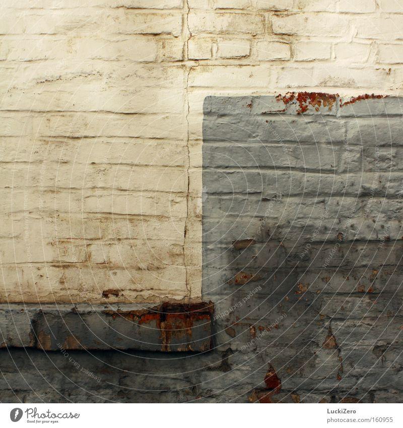 Yin und Yang für Arme Industrie Mauer Wand Rost alt dreckig hässlich trist blau grau weiß Vergänglichkeit schäbig Fenstersims Fleck Muster
