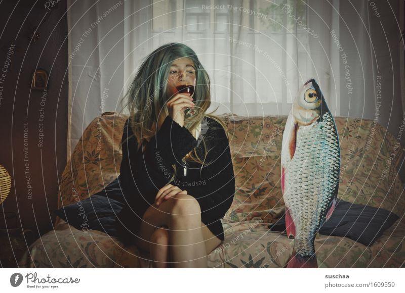 remix - date mit fisch | mädchen auf einem sofa neben einem fisch sitzend mit einem glas wein in der hand Mädchen Junge Frau Haare & Frisuren Wohnzimmer