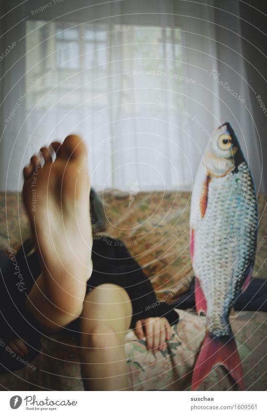 remix   date mit fisch .. VIII Junge Frau Mädchen Beine Fuß Fisch Sofa Wohnzimmer Verabredung Zehen Remixcase Fußsohle