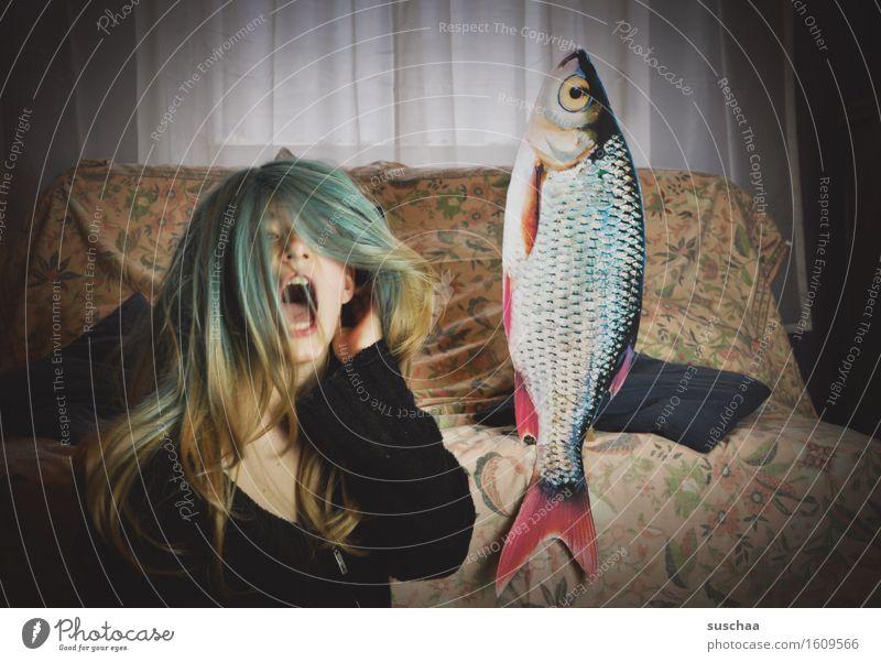 remix | date mit fisch .. junge frau mit perücke nebst fisch vor dem sofa Mädchen Junge Frau Haare & Frisuren Wohnzimmer Sofa Fisch Remixcase Kind Kindheit