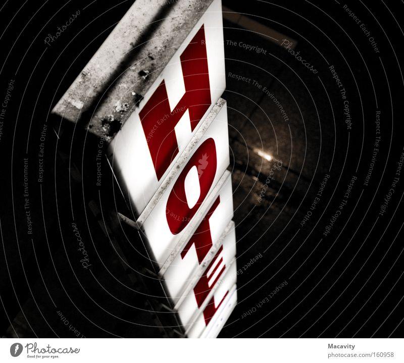 Hotelfenster Ferien & Urlaub & Reisen rot Einsamkeit Freizeit & Hobby dreckig Schilder & Markierungen Tourismus Schriftzeichen schlafen trist Buchstaben