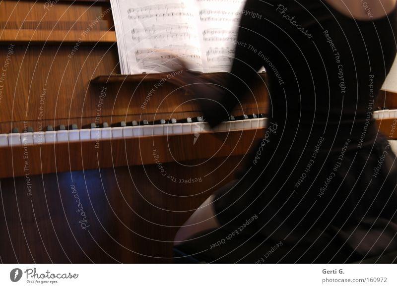 rhythm Klavier Klaviatur Notenheft Bewegungsunschärfe Unschärfe geisterhaft Musik Zufriedenheit Klavier spielen klavierspielerin Musikinstrument spukhaft