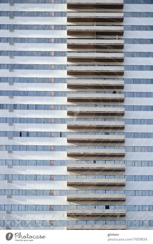 Hochhausfassade mit Balkonen Haus Gebäude Architektur Fassade Symmetrie Wohnhaus Wohngebäude Geschäftsgebäude Bürogebäude Außenfassade mehrstöckig Etage